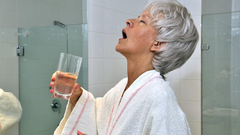 Viele Menschen nutzen Mundspülungen zur Bekämpfung von Bakterien im Mundraum. (Foto: Imago, imago/Paul von Stroheim)
