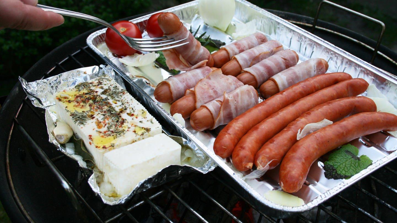Beim Grillen mit Alufolie oder in Aluschalen kann über die Nahrung Aluminium in den Körper gelangen. (Foto: Colourbox, Colourbox)