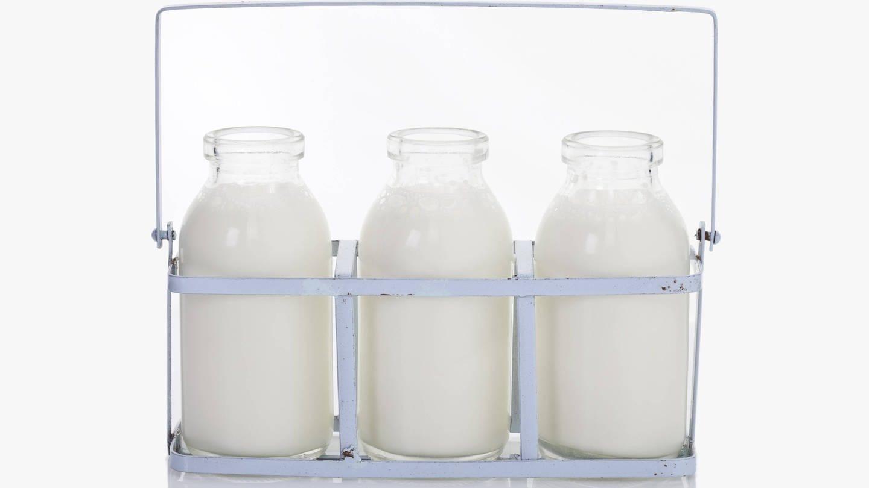 Drei Milchflaschen in Halterung (Foto: Imago, imago stock&people)