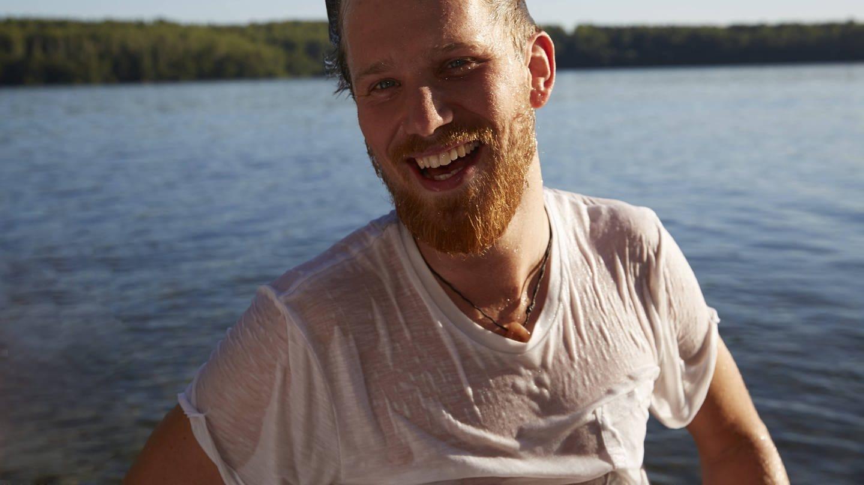 Lachender Mann in nassem Shirt (Foto: Imago, imago stock&people)