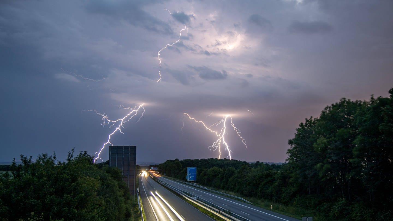 Blitze über der Autobahn A 661