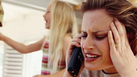 gestresste Frau am Telefon, im Hintergrund toben Kinder. (Foto: SWR, SWR -)
