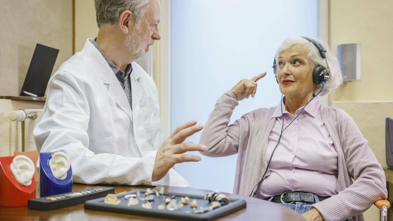 Tinnitus trifft oft auch ältere Menschen. Da Medikamente meist wenig helfen, suchen Forschende nach alternativen Methoden. (Symbolfoto) (Foto: Imago,  imago/fStop Images)