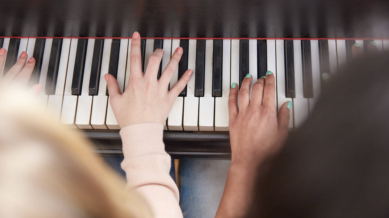 Zwei Menschen spielen an einer Klaviertastatur (Foto: Imago, imago/Westend61)