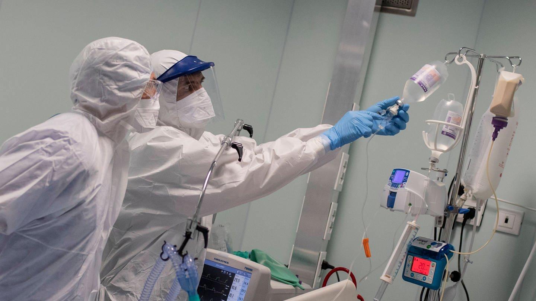 Zwei Intensivmediziner versorgen Patienten (Foto: Imago, imago images / Pacific Press Agency)