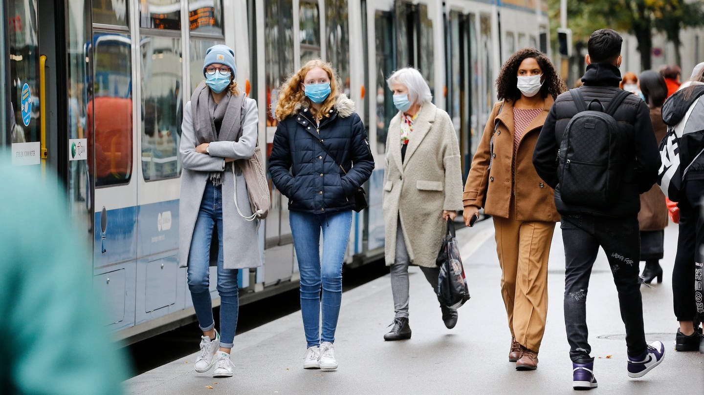 Passanten in der Fußgängerzone (Foto: Imago, imago images / Geisser)