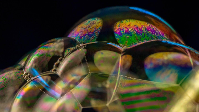 Seifenblasen reflektieren das Licht in allen Farben (Foto: Imago, imageBROKER/Moritz Wolf via www.imago-images.de)