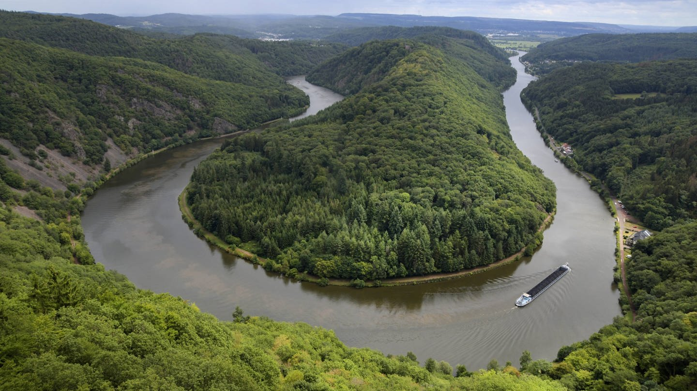 Saarschleife mit Schiff von oben (Foto: Imago, BeckerBredel via www.imago-images.de)