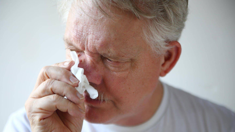 Älterer Mann mit laufender Nase und Taschentuch (Foto: Imago, Moya via www.imago-images.de)