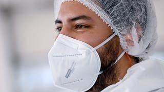 Junger Mann mit FFP2-Maske (Foto: dpa Bildfunk, dpa/picture-alliance)
