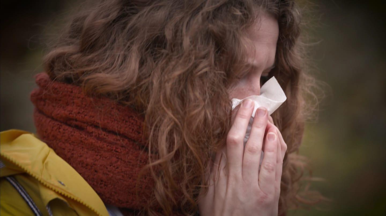 Frau niest in Taschentuch (Foto: SWR)