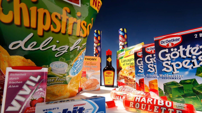 Verpackungen von Lebensmitteln mit Geschmacksverstärkern: Kaugummis, Haribo Roulette, Götterspeise, Maggi, Knorr, Smarties, Thomy Sauce, Chipsfrisch delight, .. (Foto: Imago, imago/imagebroker Bildnummer: 51709842)