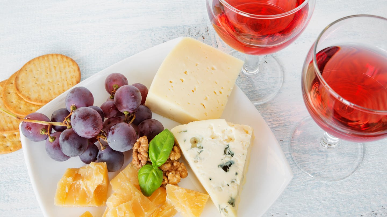 Rotwein und Käseplatte (Foto: Imago, imago images / agefotostock)