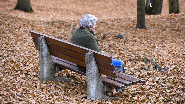 Senior sitzt auf einer Bank im Park (Foto: Imago, imago images / Südtirolfoto)