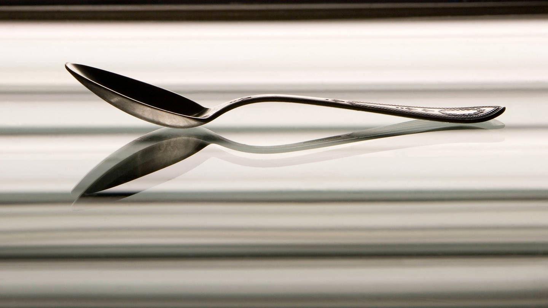 Ein Silberlöffel reflektiert in einem Spiegel (Foto: Imago, Dmitry Pistrov 2007 via www.imago-images.de)