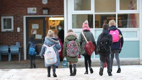 Schüler auf dem Weg zur Schule (Foto: picture-alliance / Reportdienste, Picture Alliance)