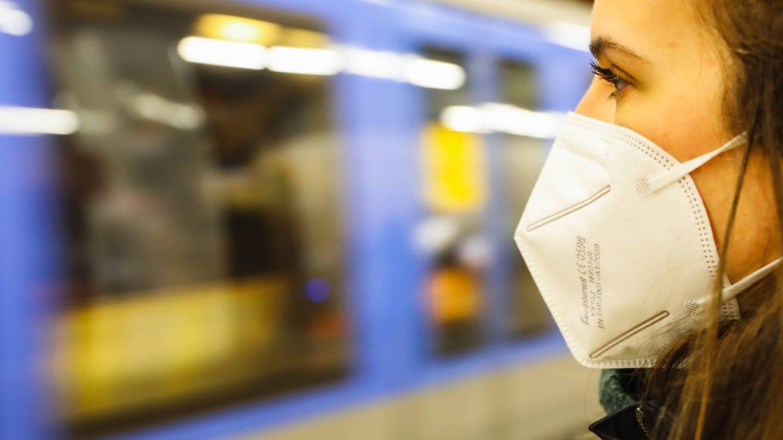 Wie sinnvoll sind medizinische Masken zur Eindämmung der Corona-Pandemie? (Foto: Imago, imago images/Leonhard Simon)