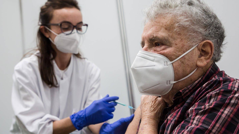 Mehrere schwer kranke, hochbetagte Menschen sind kurz nach einer Corona-Impfung verstorben. Ein direkter Zusammenhang muss da aber nicht zwingend bestehen. (Foto: Imago, imago/Socher/Eibner-Pressefoto EP_kso)