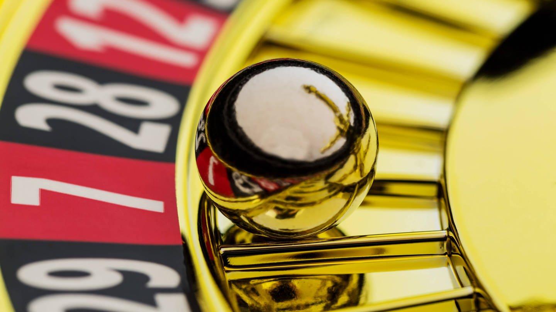 Die Kugel eines Roulettespiels liegt auf einer ungeraden Zahl (Foto: Imago, imago/McPHOTO)