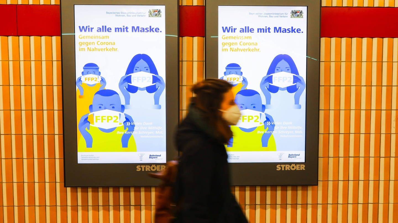 Masken-Trägerin in der Münchener U-Bahn (Foto: Imago, IMAGO / Leonhard Simon)