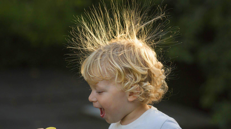 Kind mit aufgestellten Kopfhaaren (Foto: Imago, imago images/blickwinkel)