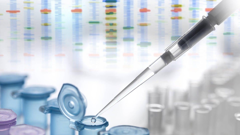 Eine Pipette träufelt DNA in ein Döschen (Foto: Imago, imago images / Westend61)