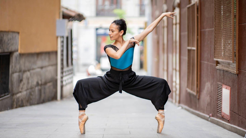 Ballettänzerin mit Spitzenschuhen auf einer Straße (Foto: Imago, IMAGO / Westend61)