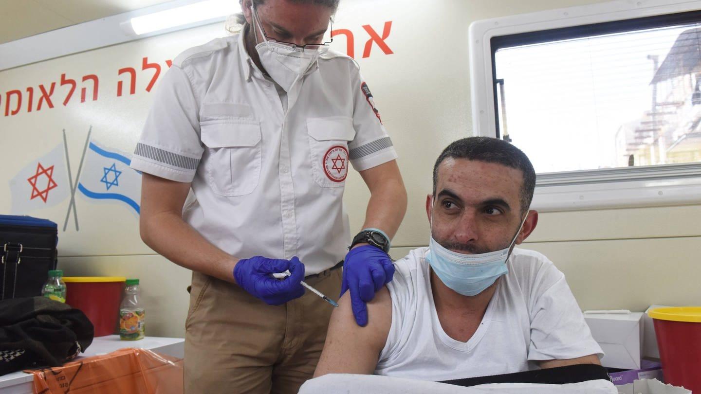 Ein Mann wird in Jerusalem mit dem Pfizer-Biotech-Impfstoff geimpft. (Foto: Imago, IMAGO / UPI Photo)