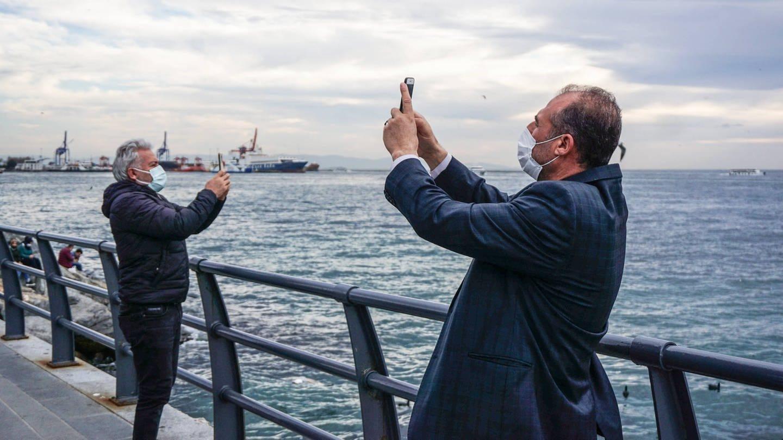 Zwei Männer mit Masken machen Selfies von sich (Foto: Imago, IMAGO / ZUMA Wire)