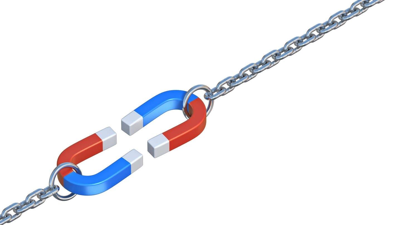 Zwei Magnete an Ketten, die sich anziehen: Was ist Magnetismus? (Foto: Imago, IMAGO / Panthermedia)