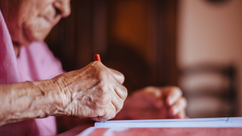 Nahaufnahme der Hand einer älteren Frau beim Zeichnen (Foto: Imago, IMAGO / Addictive Stock)