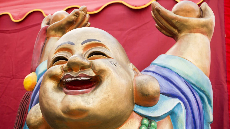 Lachender Buddha: Welche Vorstellung vom Sterben hat man im Buddhismus?