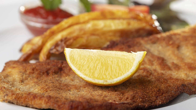 Zitrone auf Wiener Schnitzel: Bleibt Vitamin C beim Erhitzen erhalten? (Foto: Imago, IMAGO / CHROMORANGE)