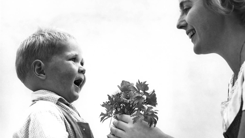 Kleiner junge überreicht Blumen zum Muttertag (1960er-Jahre) (Foto: picture-alliance / Reportdienste, picture alliance / Presse-Bild-Poss | Oscar Poss)
