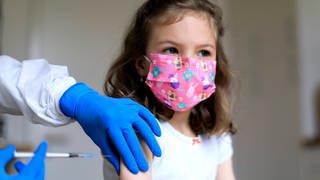Ein Mädchen wird gegen Covid-19 geimpft (Symbolbild). (Foto: Imago, IMAGO / Laci Perenyi (Symbolbild))