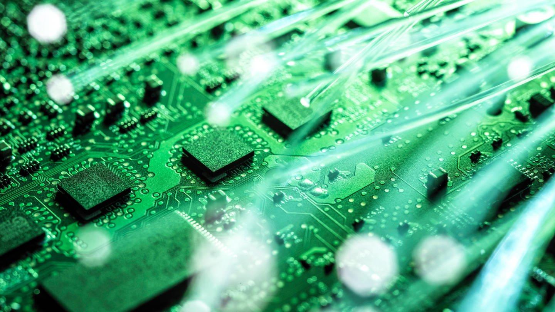 Festplatte wird in grünem Licht angestrahlt.