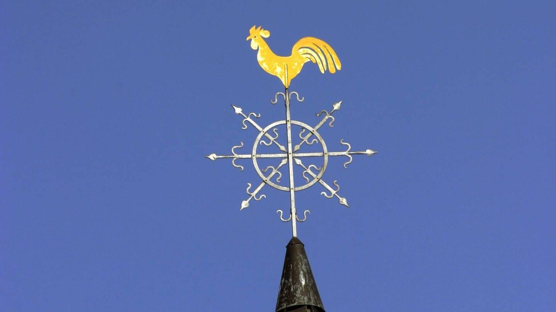 Goldener Hahn auf einem spitzen Kirchturm: Was bedeutet der Hahn auf einem Kirchturm?