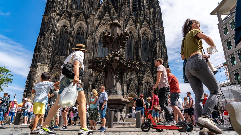 Menschen auf der Kölner Domplatte: Stimmt es, dass der Kölner Dom sich selbst gehört?