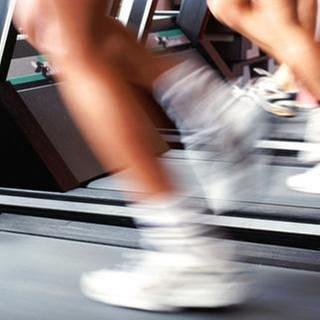 Menschen auf dem Laufband in einem Fitnessstudio. (Foto: Getty Images, Getty Images - John Foxx)