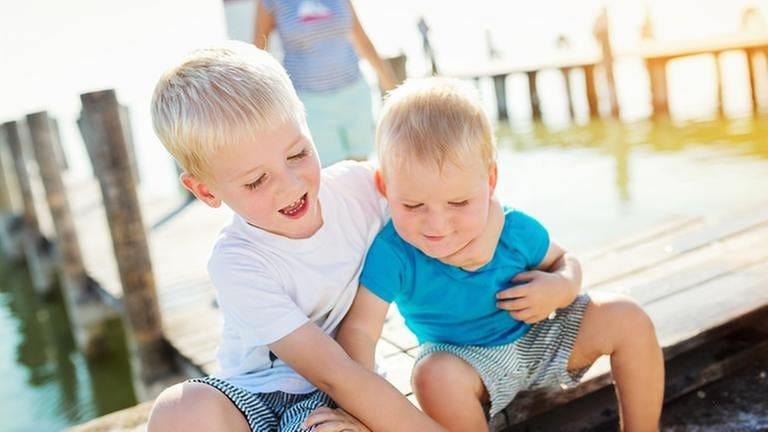 Den Kleine Bruder liebt Schwester Wie reagieren,