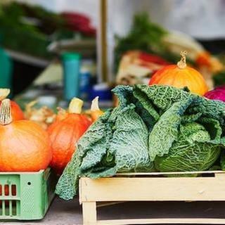 Kürbis, Wirsing, Rot- und Weißkraut werden an einem Marktstand angeboten. (Foto: Getty Images, Thinkstock -)
