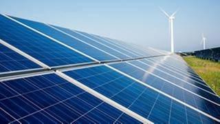 Windrad und Solaranlagen auf weitem Feld (Foto: Getty Images, Thinkstock -)
