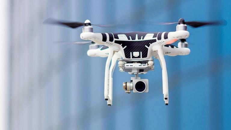 Eine Drohne mit einer Kamera. (Foto: Getty Images, Thinkstock -)