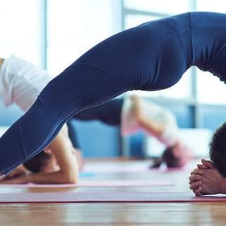 Mehrere Frauen machen Yoga (Foto: Getty Images, Thinkstock -)