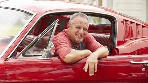 Ein Mann mittleren alters sitzt in einem Auto (Foto: Getty Images, Thinkstock -)
