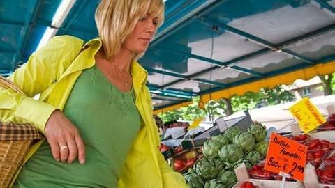 Eine Frau kauft auf dem Markt ein. (Foto: Colourbox, Model Foto: Colourbox.de -)