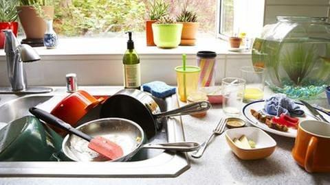 Schmutziges Geschirr stapelt sich im Spülbecken (Foto: Getty Images, Thinkstock -)
