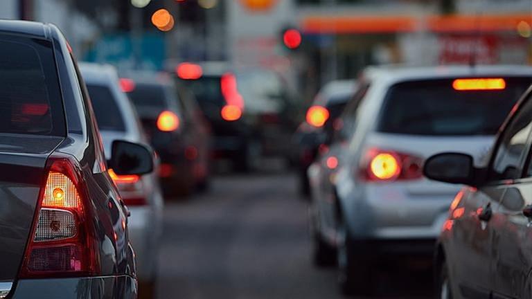 Autos stehen in einer Stadt an einer roten Ampel (Foto: Getty Images, Thinkstock -)