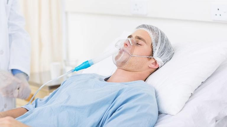 Patient mit Sauerstoffmaske (Foto: Getty Images, Thinkstock -)