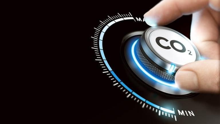 Ein Drehknopf mit der Aufschrift CO2 und einer Anzeige von Minimum bis Maximum wird von einer Hand gedreht. (Foto: Getty Images, Thinkstock -)